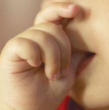 عادة مص الإصبع وكيفية التعامل معها